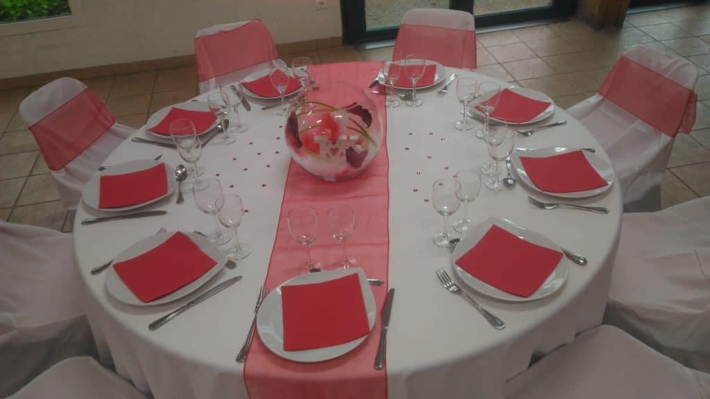 table rouge entièrement décoré pour une réception formule location