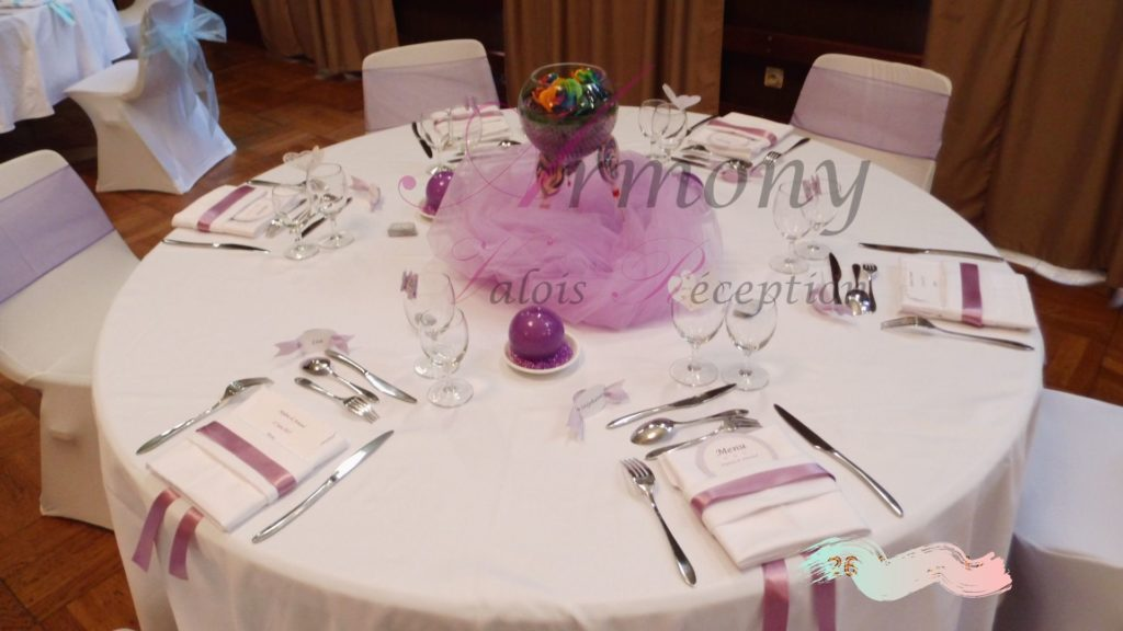 table ronde nappe blanche theme violet